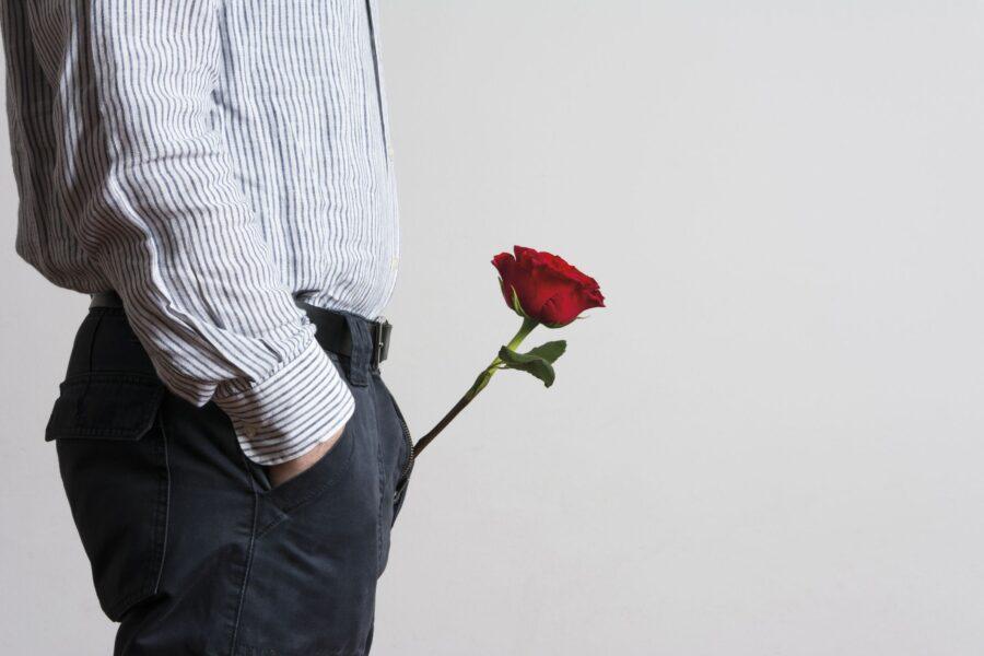 красная роза в мужских джинсах