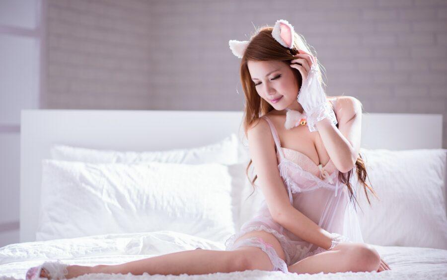 сонная девушка в постели