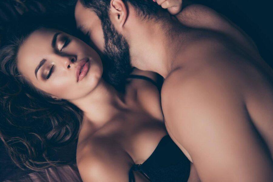 нежная пара целуется