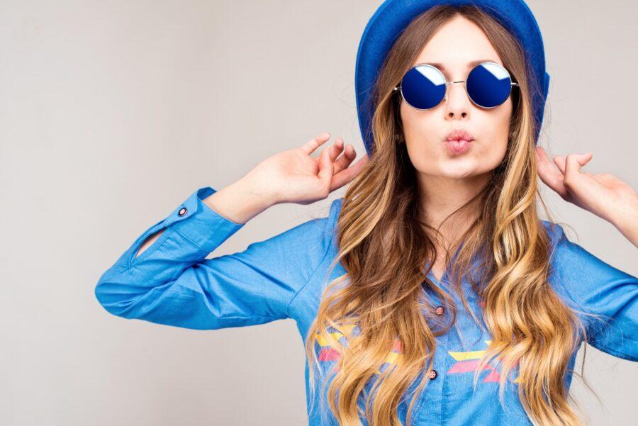 девушка в очках и шляпке
