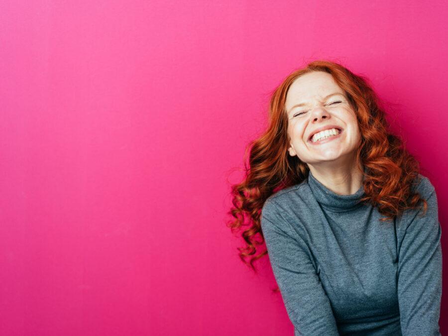 рыжая девушка смеется