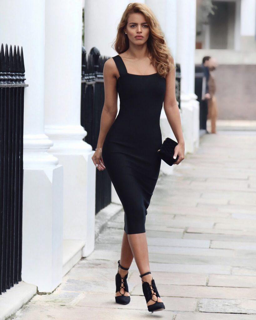 девушка в маленьком черном обтягивающем платье