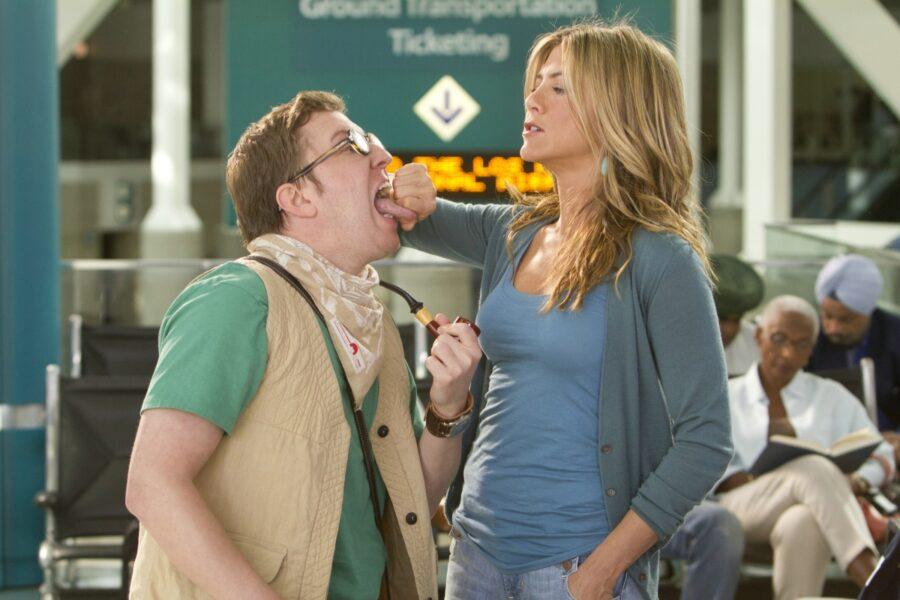 девушка держит парня за язык