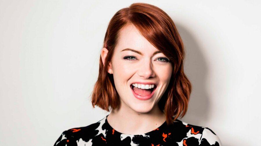красивая девушка смеется