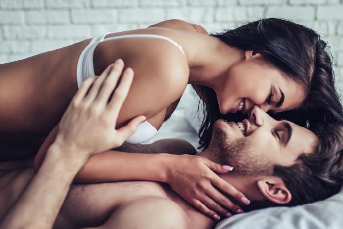 девушка и парень в постели