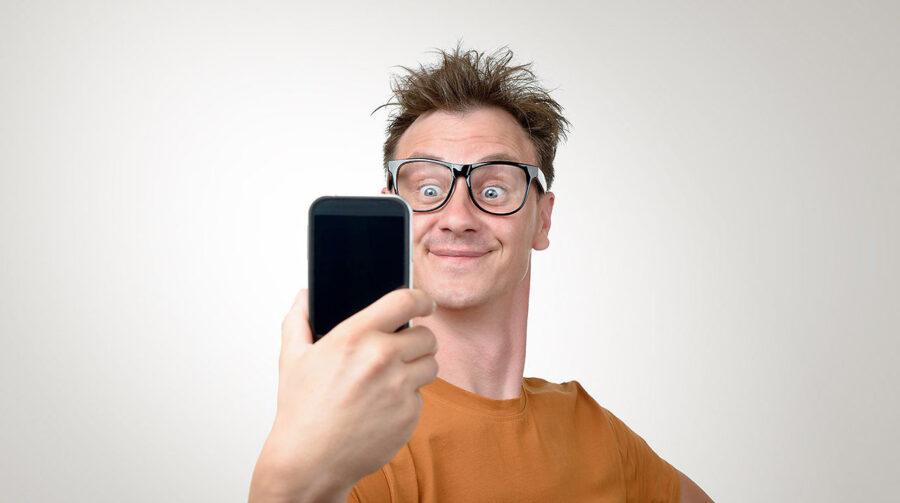 удивленный парень с телефоном