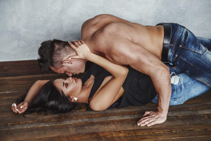 романтичная пара на полу