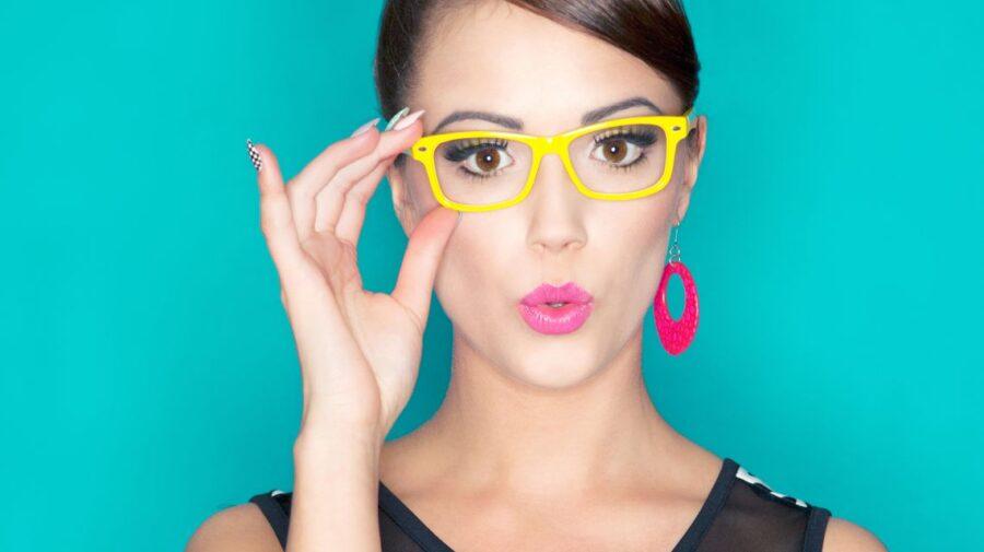 удивленная девушка в очках
