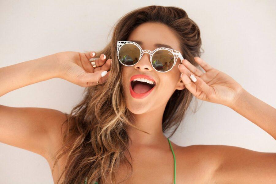 веселая девушка в очках