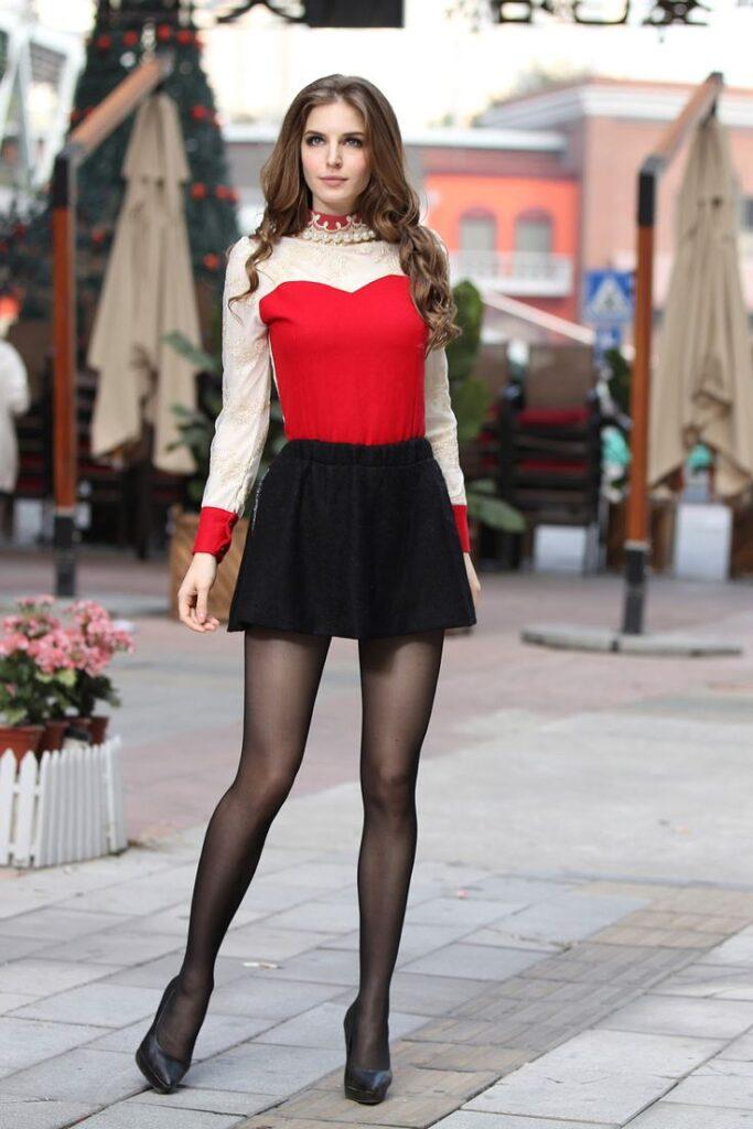 девушка в черных колготках и юбке