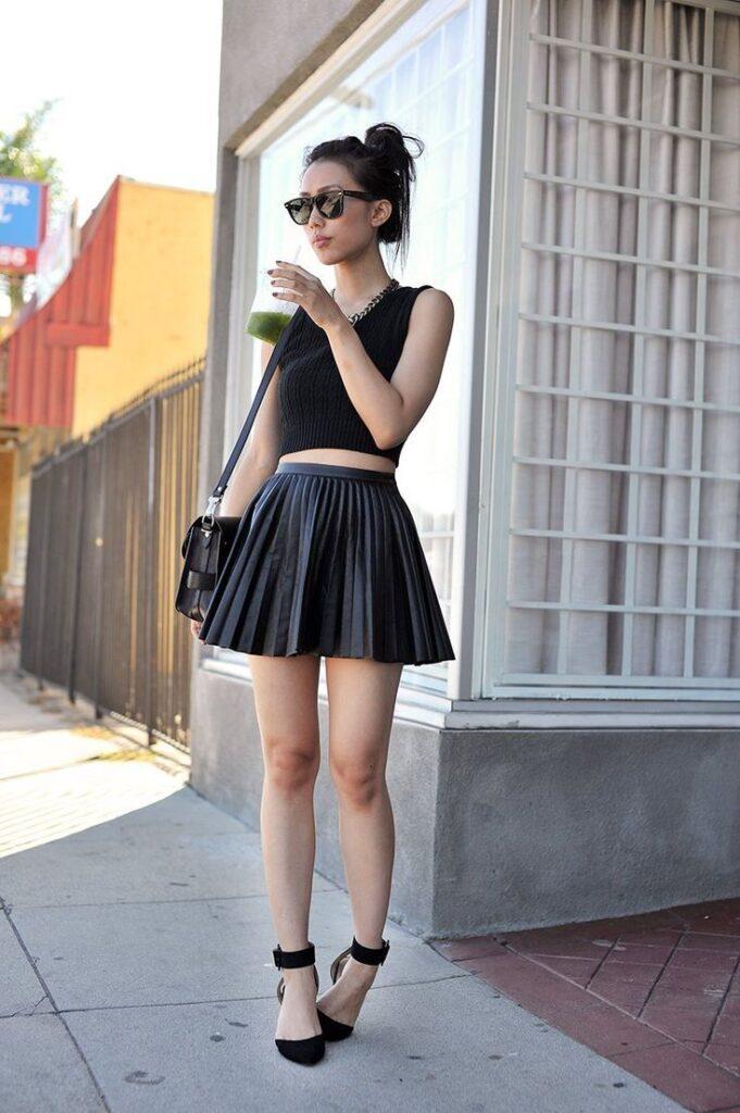 девушка в короткой плиссированной юбке