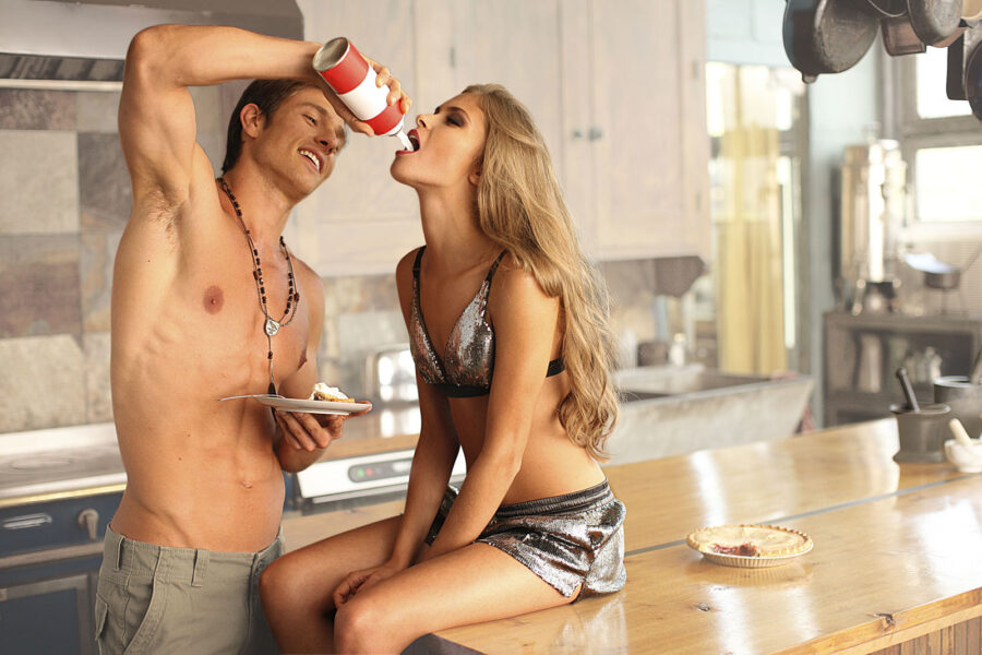 сексуальная пара на кухне