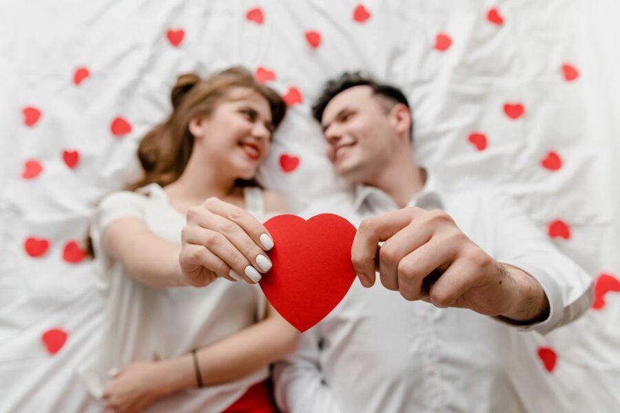 парень и девушка с сердечком