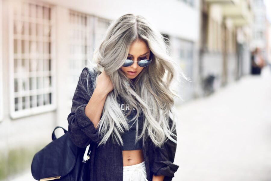 красивая девушка с серыми волосами