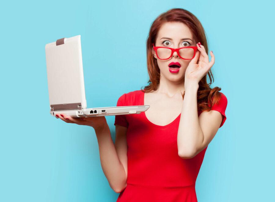 девушка в красном с ноутбуком