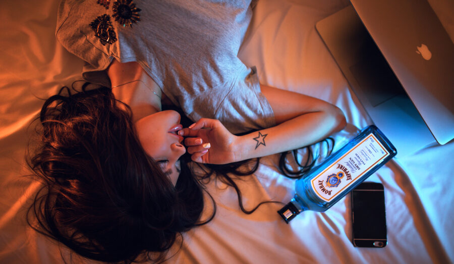 девушка в постели с гаджетами