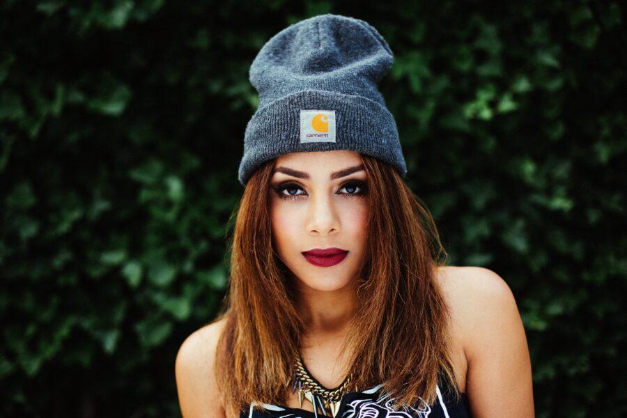красивая девушка в шапке