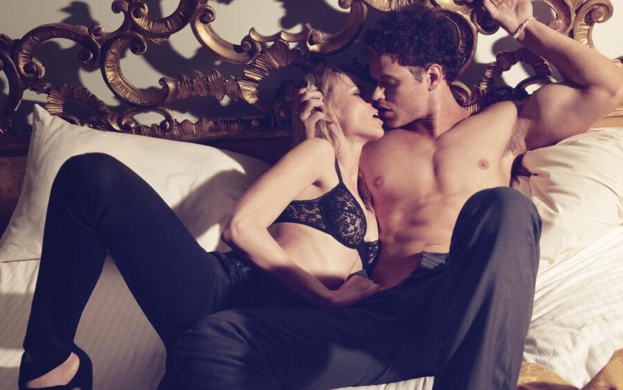 страстная пара целуется в постели