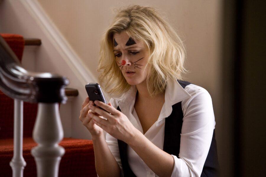 девушка читает в телефоне