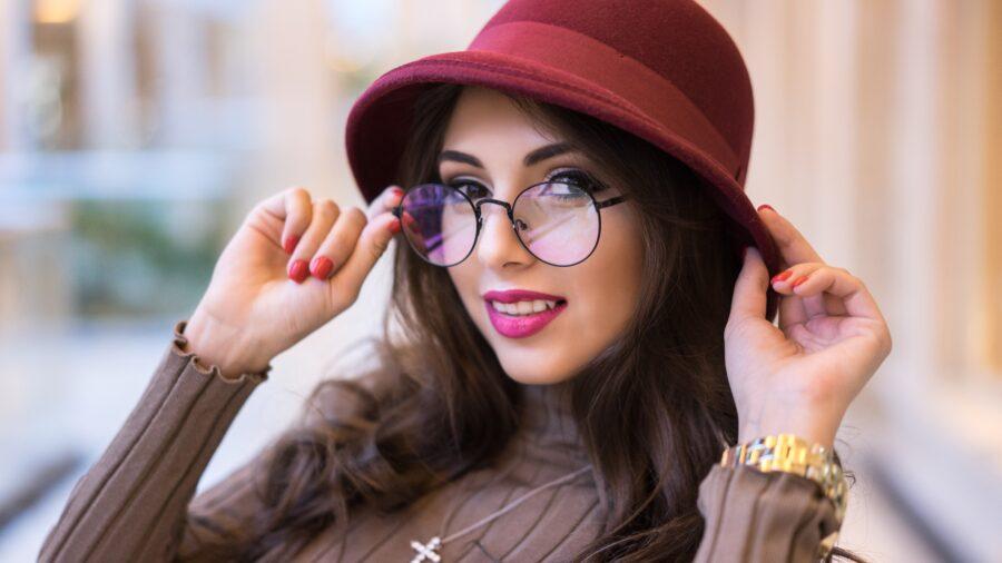 девушка в шляпке и очках