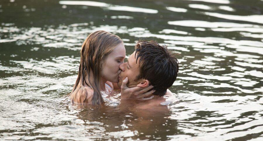 пара целуется в воде