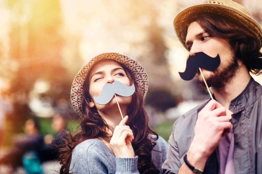 смешные парень и девушка