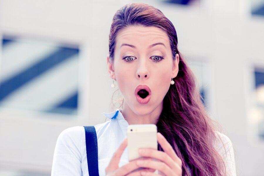 девушка с телефоном удивлена