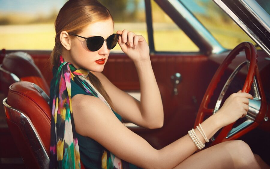 стильная девушка за рулем