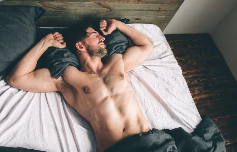 сонный парень в кровати
