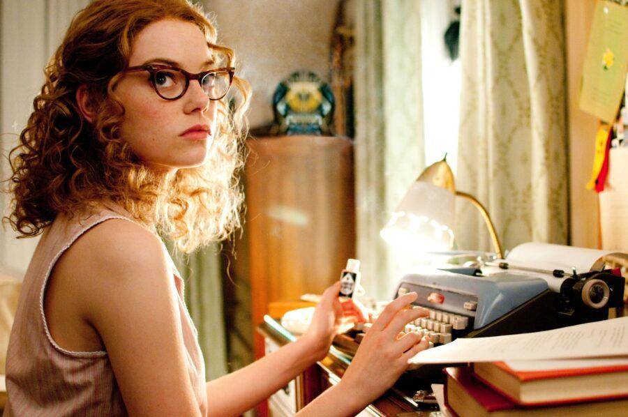 девушка с печатной машинкой