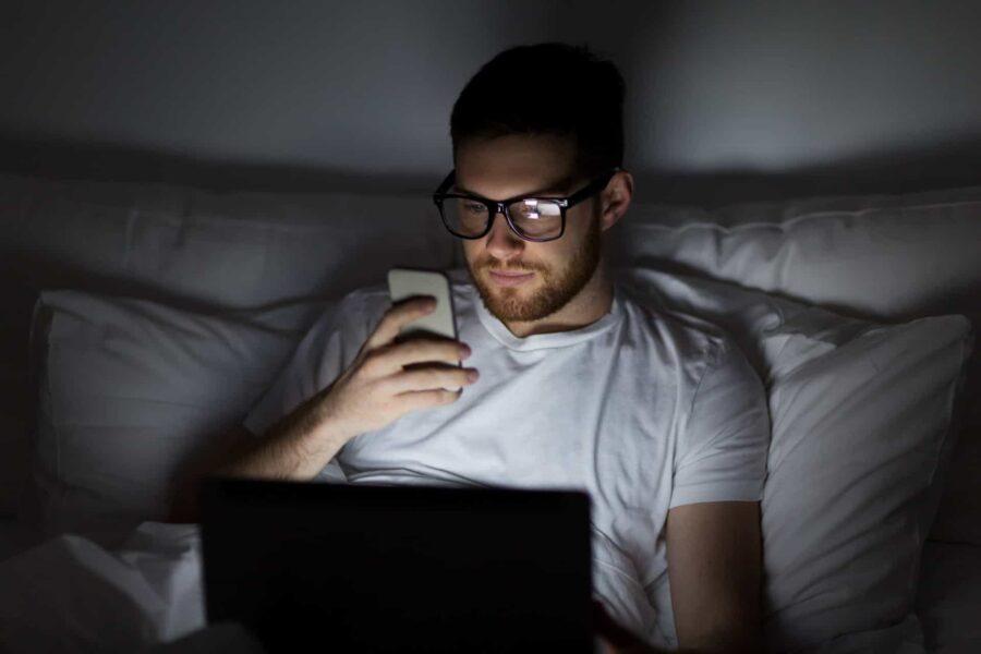 парень с телефоном ночью