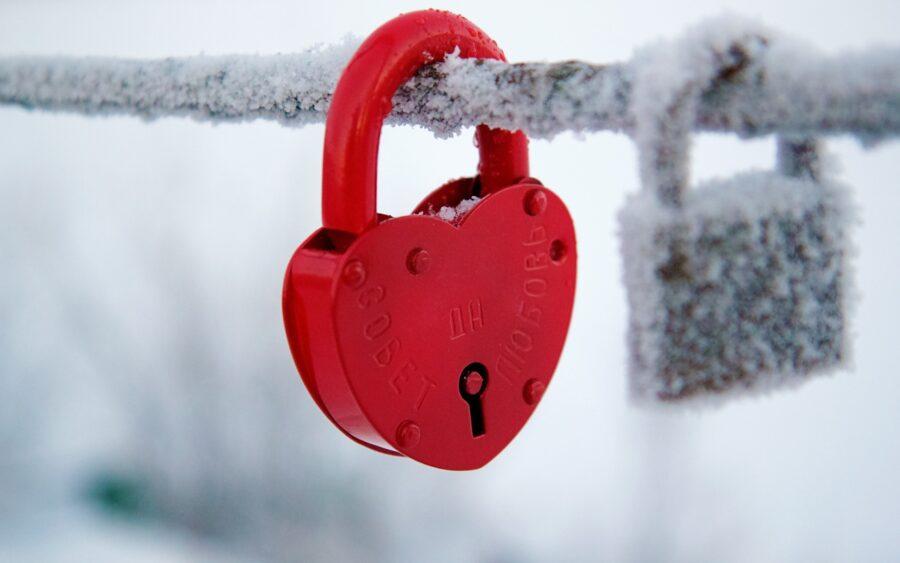 замочек в виде сердечка зимой
