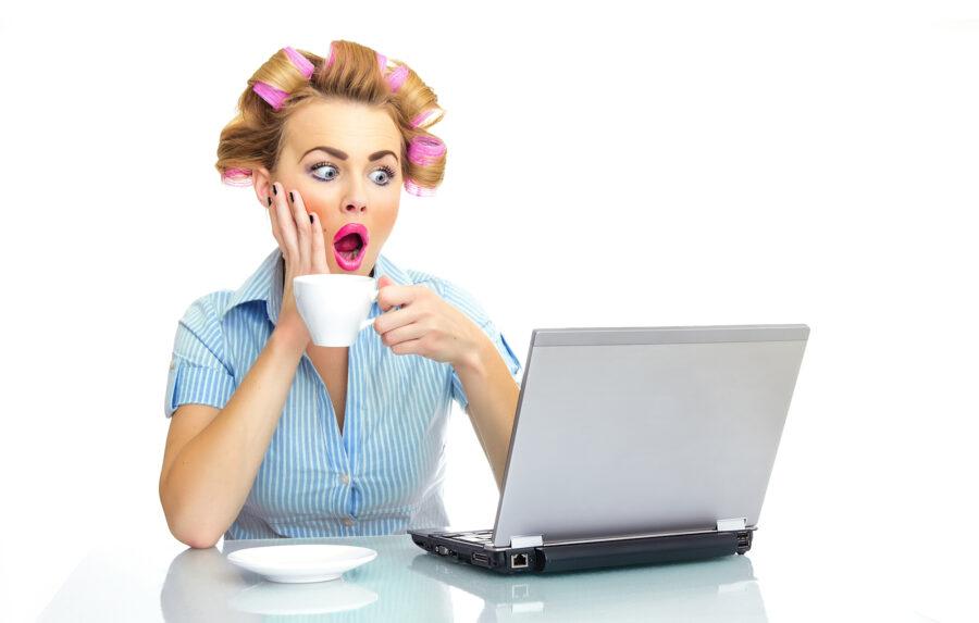 удивленная женщина с ноутбуком
