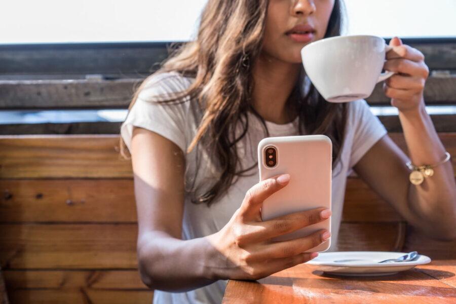 девушка с телефоном и чашкой