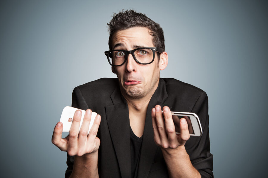 парень с телефонами