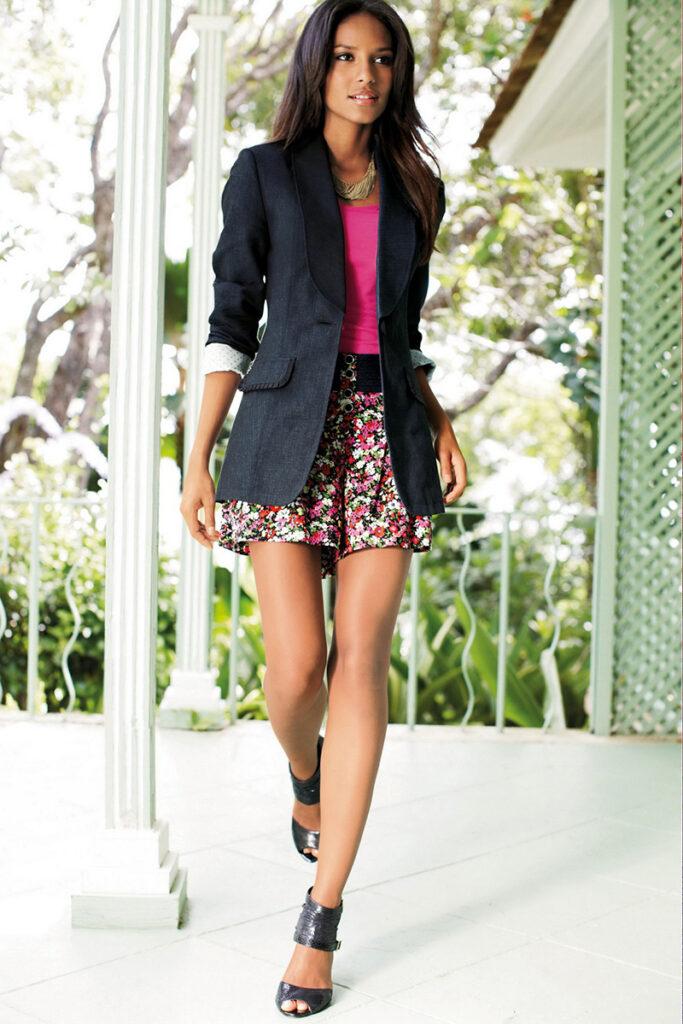 девушка в юбке и длинном пиджаке
