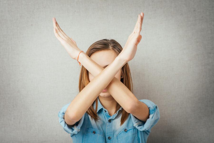 девушка показывает руками нет
