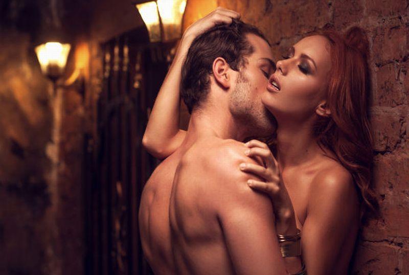 страстная пара целуется
