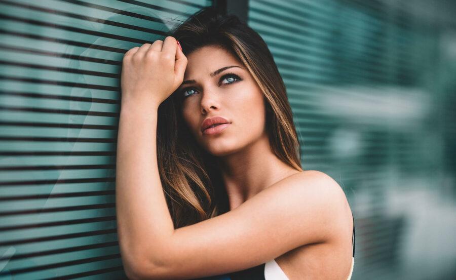 загадочная девушка у окна