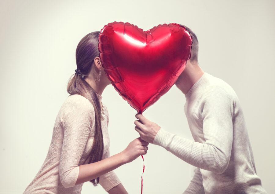 пара с шариком-сердечком