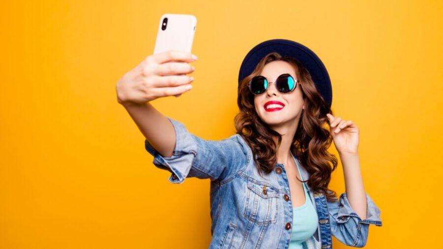 девушка с телефоном улыбается