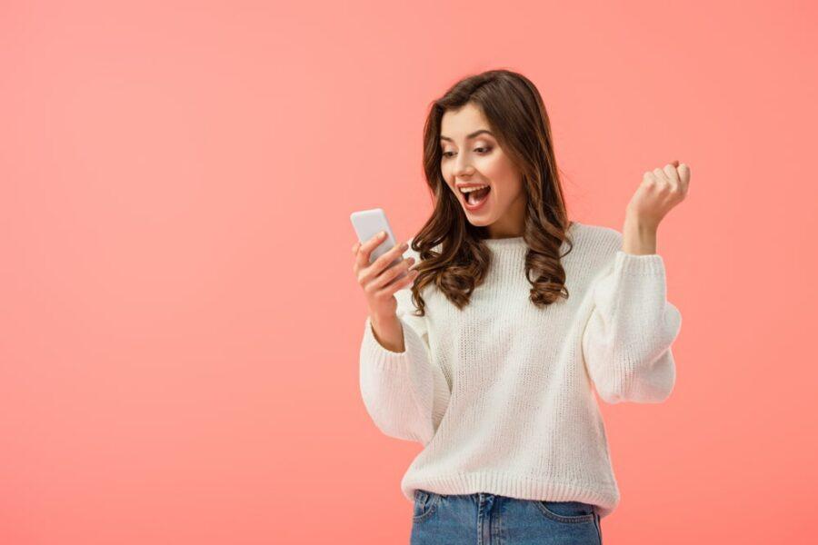радостная девушка с телефоном
