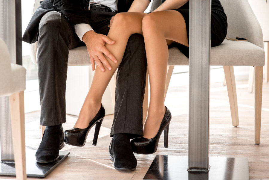 флирт пары под столом
