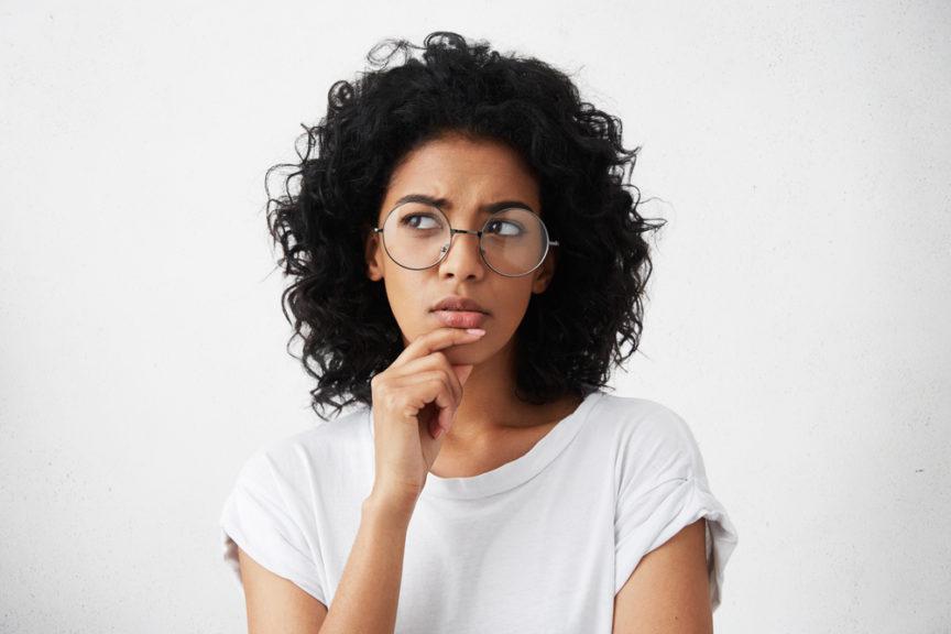 девушка в очках задумалась