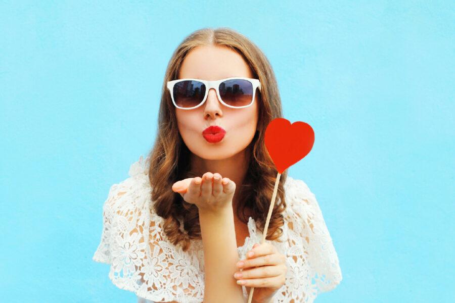 девушка посылает воздушный поцелуй