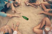 Как играть в бутылочку: правила игры для любителей азарта