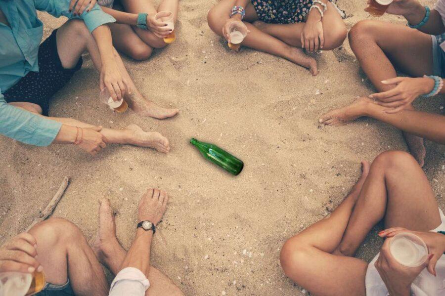 игра в бутылочку на пляже