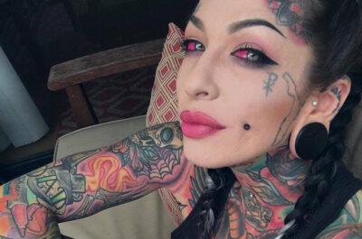 Татуированная мать троих выкрасила глаза в розовый
