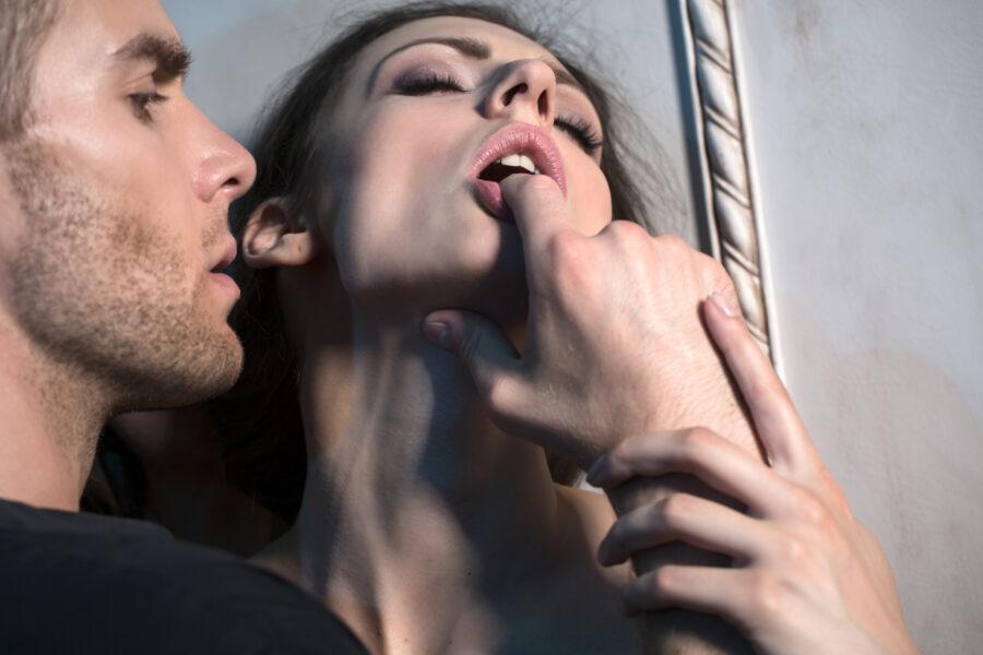 девушка с пальцем парня во рту
