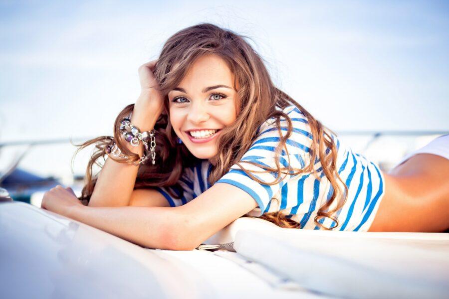 девушка на корабле улыбается